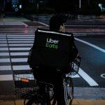 un livreur Uber Eats sur son vélo