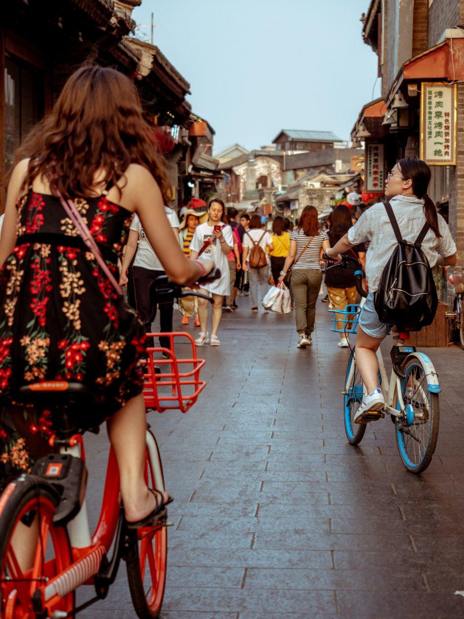 Des femmes se promènent dans les rues d'une ville chinoise.