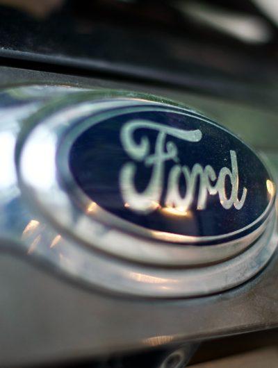 Le logo de Ford sur une voiture.