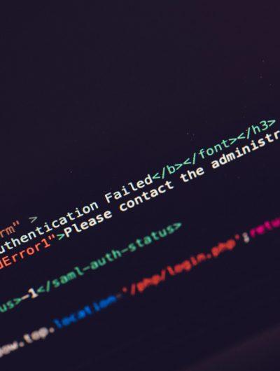 Écran d'ordinateur présentant des lignes d'un code source.