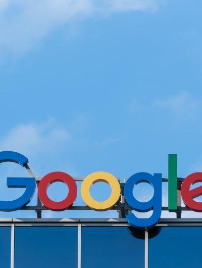 Le nom de Google affiché en haut d'un bâtiment