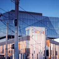 Un bâtiment avec le logo de Google.