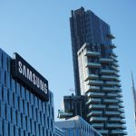 Un immeuble avec le logo de samsung