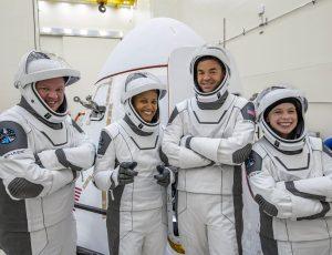 Les quatre membres d'équipage d'Inspiration4 en combinaison.
