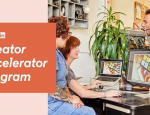 Deux femmes retouchant une image sur un ordinateur