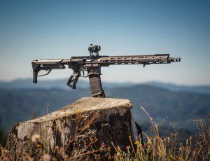 Une arme automatique posée sur un rocher