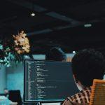 Une personne en train de faire du code