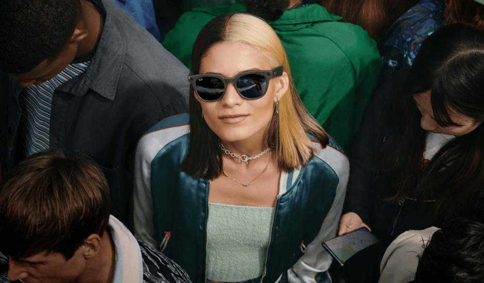 Une femme portant des Ray-Ban Stories dans une foule.