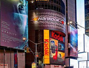 Devanture d'un bâtiment affichant de nombreuses publicités
