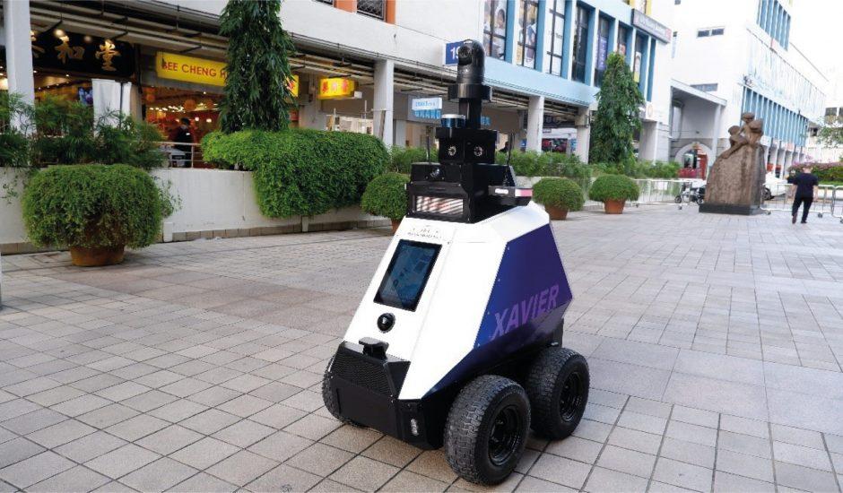 Un robot roule dans les rues de Singapour.