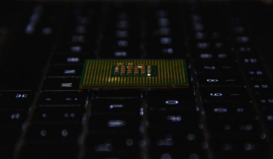 un semi-conducteur posé sur un clavier
