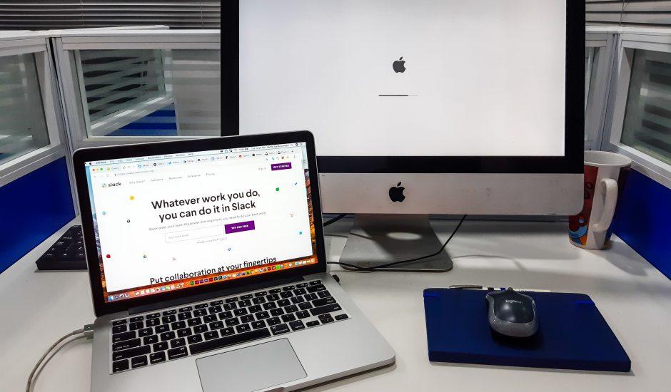 Un MacBook ouvert sur le site de Slack.