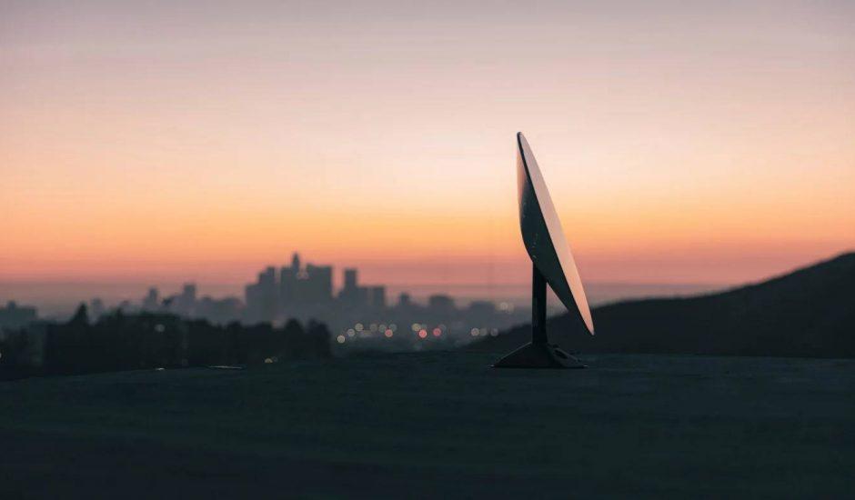 Une parabole livrée par SpaceX pour obtenir le réseau Starlink.