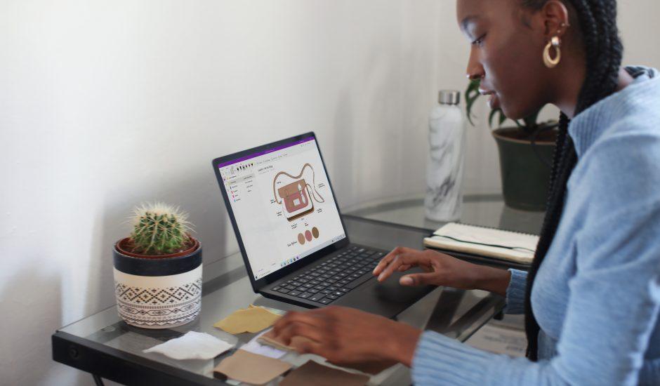 Une personne de travaillant sur une tablette Surface
