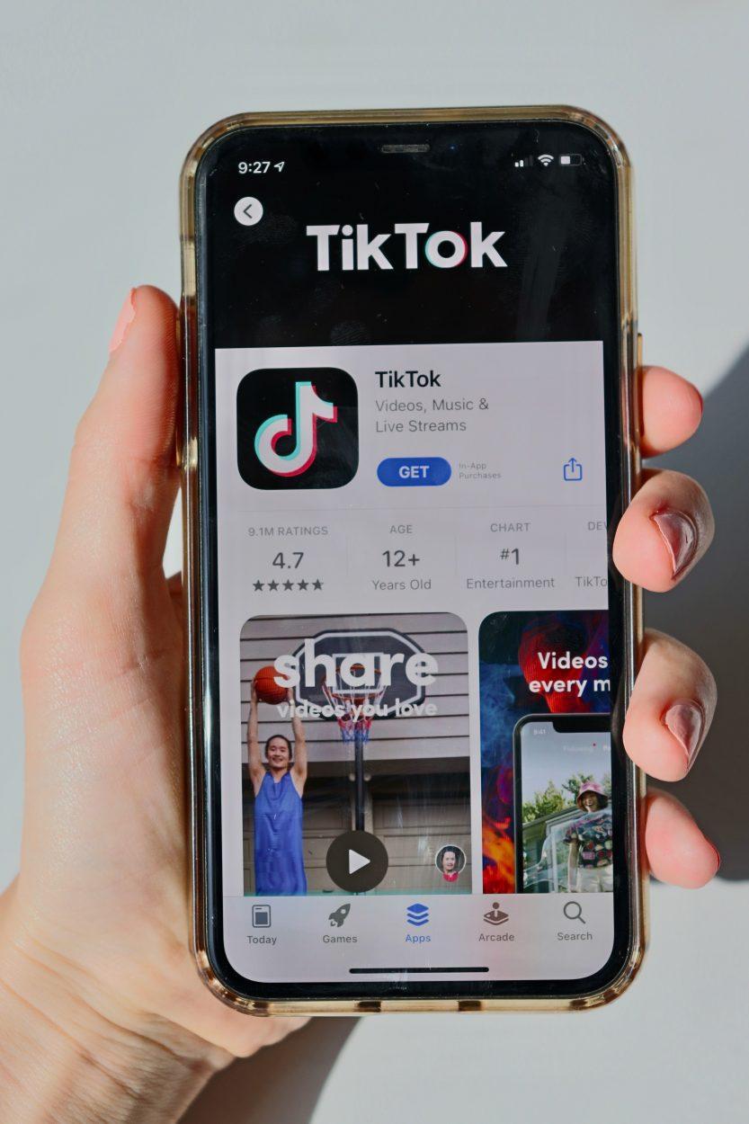 Un smartphone ouvert sur l'application TikTok.