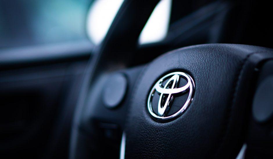 Le volant d'une voiture Toyota.