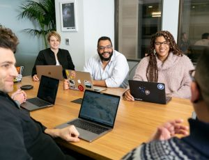des professionnels discutant plan d'animation crm