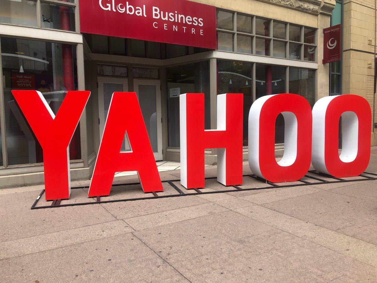 Le logo de Yahoo dans une rue.