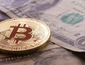 Un jeton de Bitcoin sur des dollars