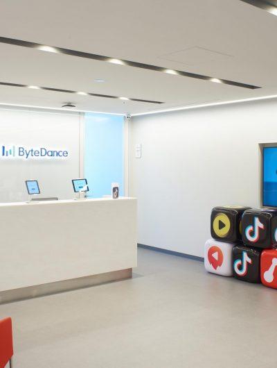 Les bureaux de ByteDance avec les logo de TikTok