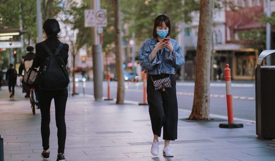 Aperçu d'une chinoise avec un masque.