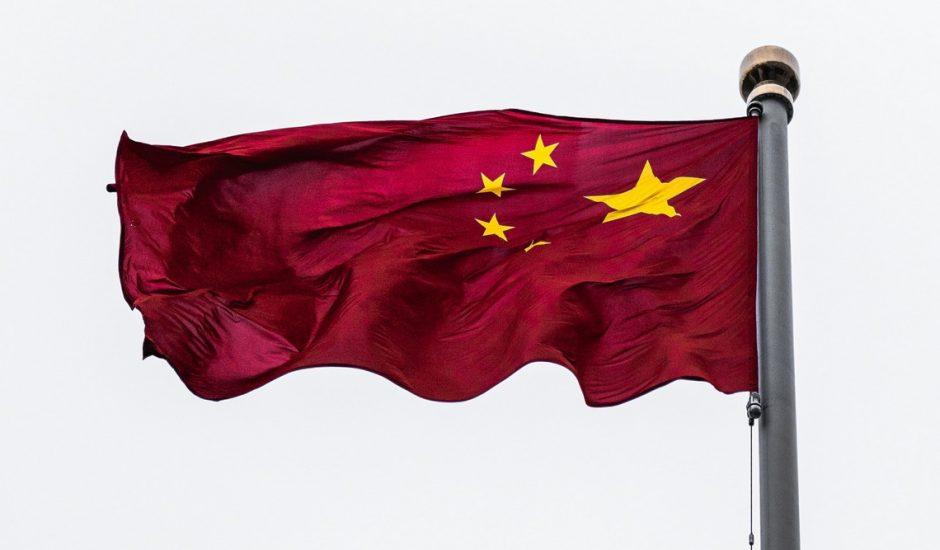 Le drapeau de la Chine flottant dans le vent