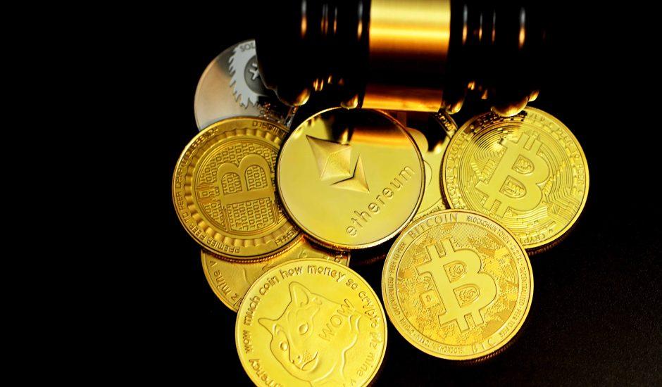 Plusieurs cryptomonnaies dont l'Ethereum et le Bitcoin.