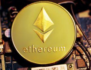 Pièce de monnaie symbolisant cryptomonnaie Ethereum posée sur un composant électronique
