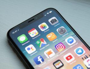 Un smartphone possédant une grande quantité d'applications mobiles.