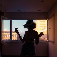 Une femme avec un casque de réalité virtuelle.