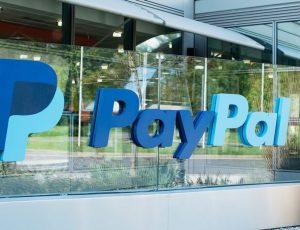 Logo Paypal devant le siège de Dublin