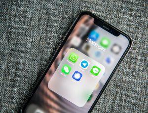 Un smartphone possédant plusieurs services de messagerie.