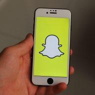 Smartphone avec l'application Snapchat ouverte.