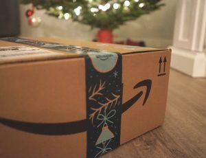 Un carton Amazon sous un sapin de Noël.