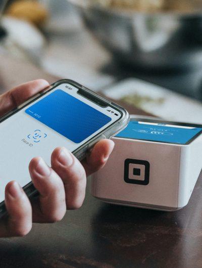 Une personne payant sans contact avec Apple Pay