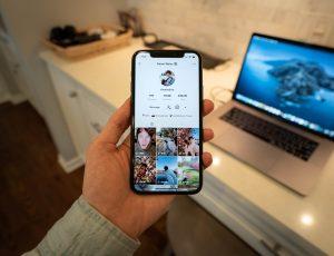 Un smartphone ouvert sur TikTok.