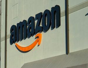 Logo Amazon sur la façade d'un entrepôt au New Jersey