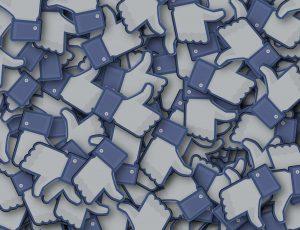 De nombreux pousses en l'air, symboles des likes sur Facebook.