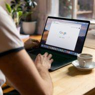 Un homme sur un ordinateur avec une tasse et Google