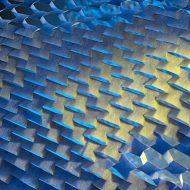 une grillage avec des reflets de lumière bleus et jaunes