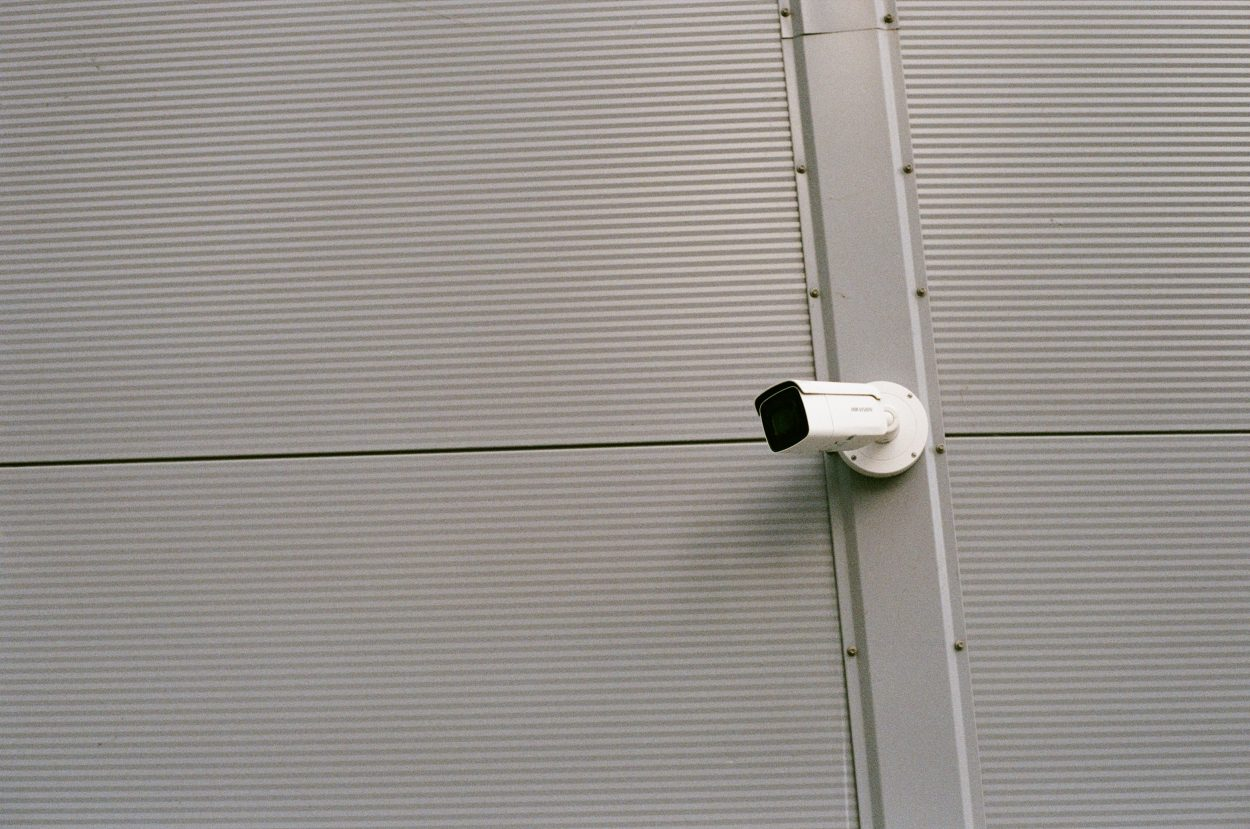 Une caméra de surveillance.