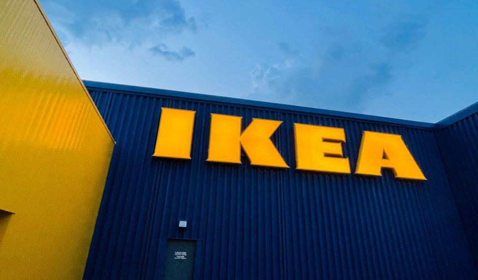 Le logo d'IKEA sur la devanture d'un magasin.