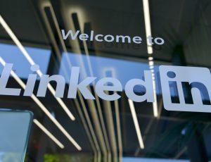 Vitre avec l'inscription Welcome to LinkedIn
