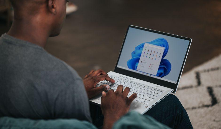 Un homme sur son ordinateur.