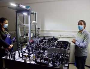 Frédérique Vidal, ministre de l'Enseignement supérieur, de la Recherche et de l'Innovation, lors d'une présentation d'un appareil technologique quantique