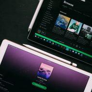 Deux tablettes allumées sur l'application Spotify.