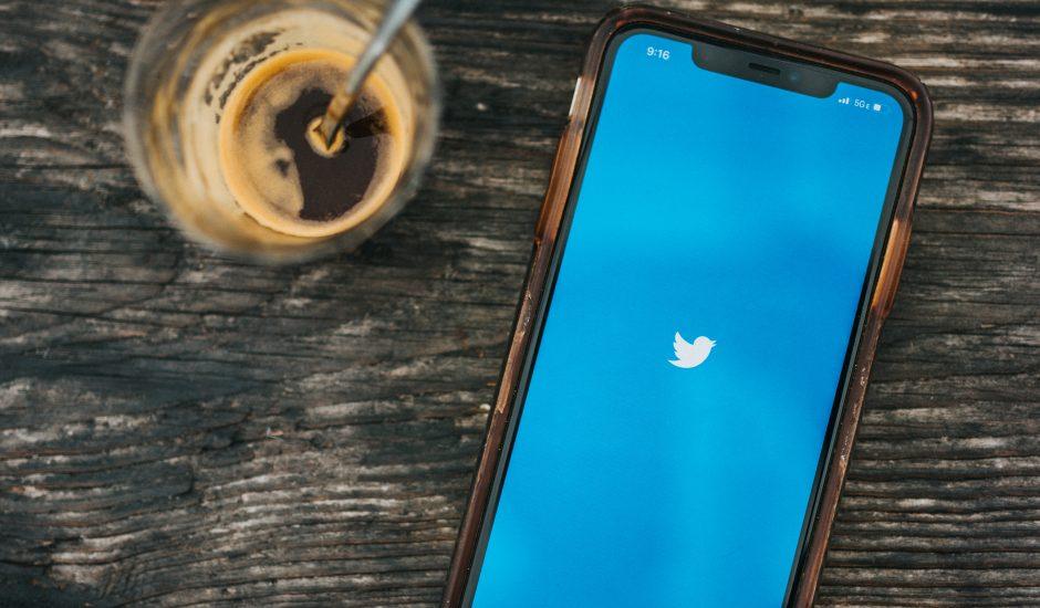 Un téléphone ouvrant l'application Twitter
