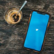 un téléphone avec Twitter et un café.