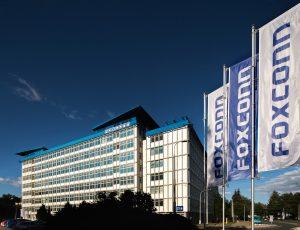 Façade et drapeau d'une usine Foxconn en République Tchèque