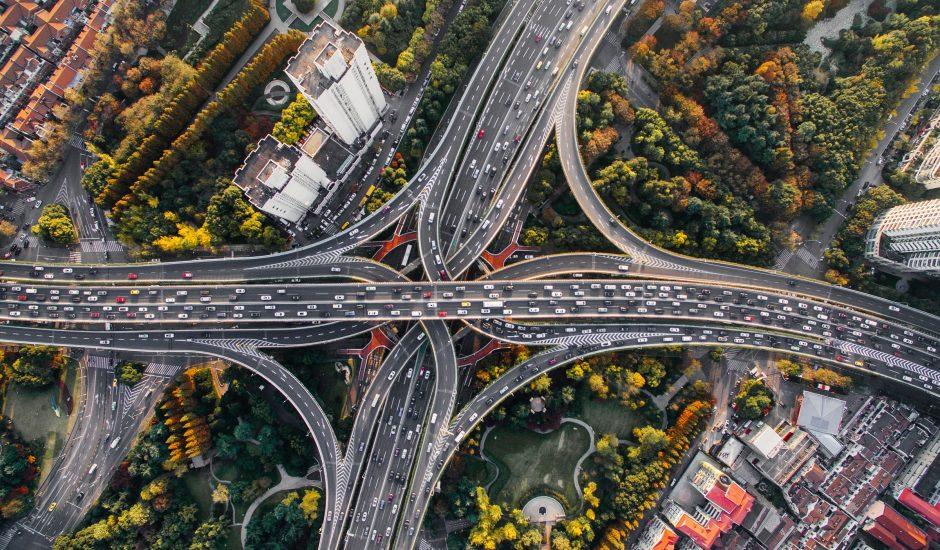Photographie en vue arienne de routes en Chine. Sur cette route il y a des voitures électriques.